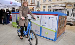 Ute Römer von der Stadtwerke Rostock AG bei einer Testfahrt mit einem Pedelec. Foto: Joachim Kloock
