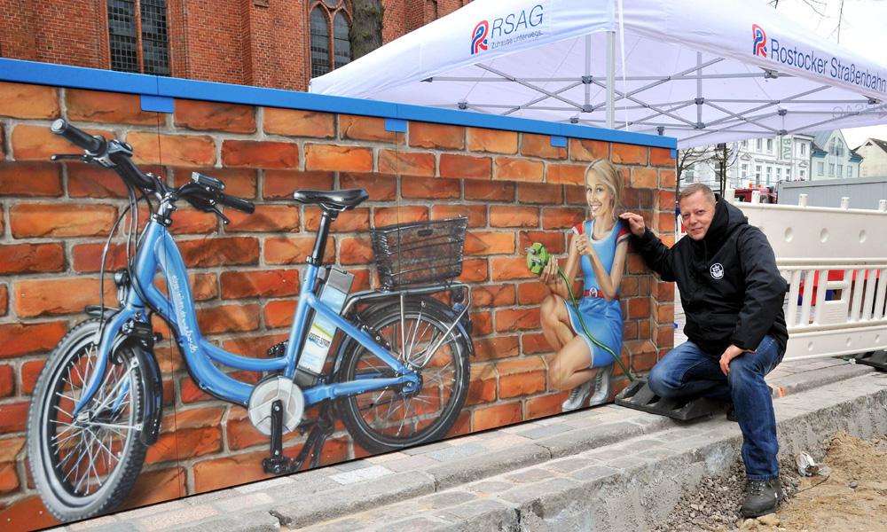 ARTunique-Sprayer Christian Hölzer gestaltete die Pedelec-Station in Warnemünde. Foto: Joachim Kloock