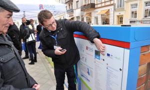 RSAG-Mitarbeiter Christian Geschonneck erklärt die Pedelec-Station in Warnemünde. Foto: Joachim Kloock