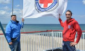 Strandvogt Jürgen Förtsch und Wasserwacht-Koordinator Manuel Brumme starten gemeinsam in die neue Strandsaison. Foto: Stefanie Kasch / DRK
