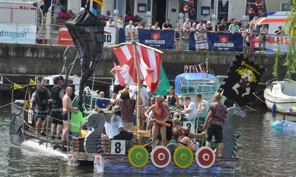 """Das Siegergefährt des 28. Waschzuberrennens """"Meda Viking"""" aus Rostock. Foto: Klaus-Dieter Block"""