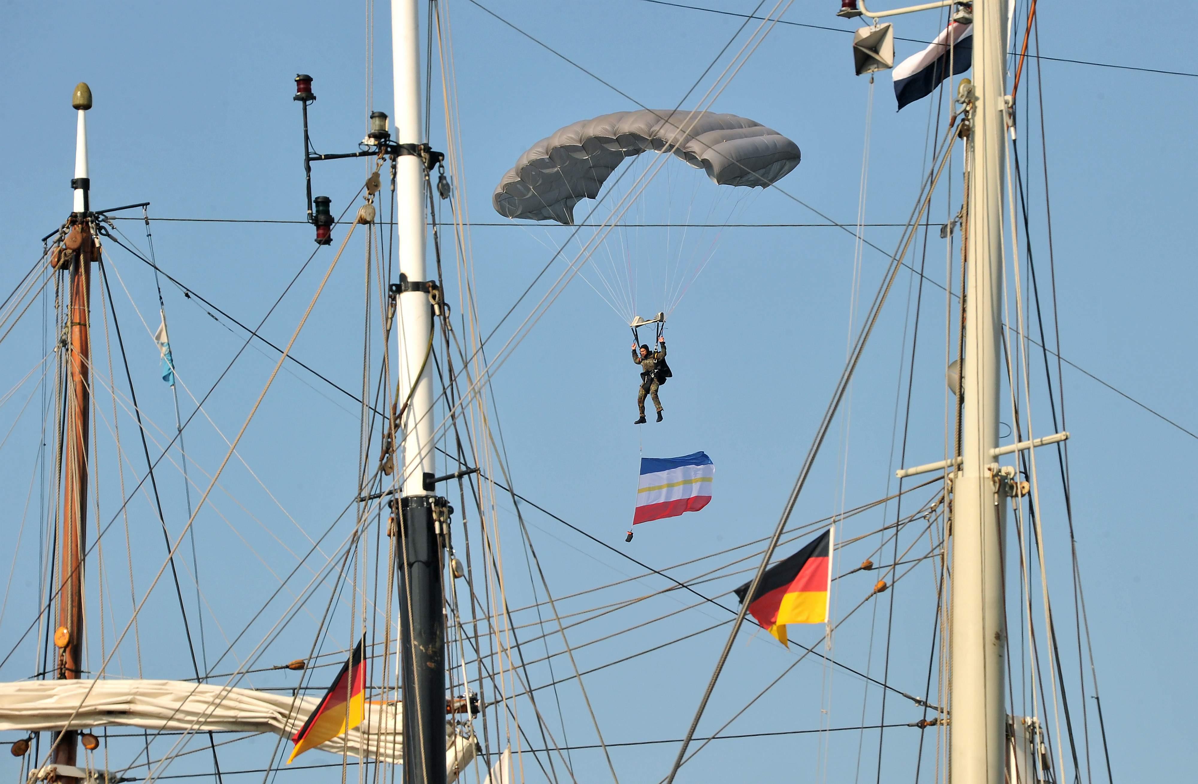 Fallschirmspringer zur Eröffnung der 25. Hanse Sail in Rostock. Foto: Joachim Kloock