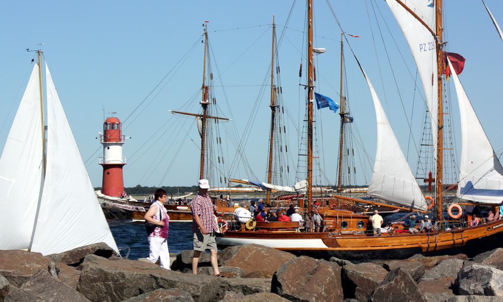 Schiffegucken zur Hanse Sail auf den Molen in Warnemünde. Foto: Martin Schuster