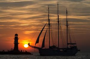 Sonnenuntergang zur 25. Hanse Sail in Warnemünde. Foto: Hanse Sail Rostock
