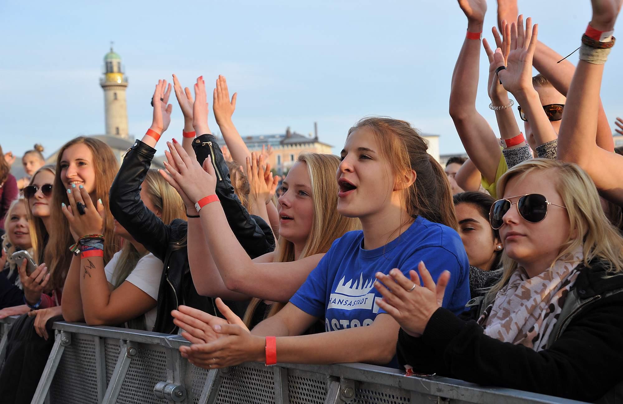 Fans feiern Mark Forster bei stars@ndr2 in Warnemünde. Foto: Joachim Kloock