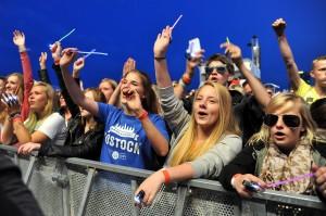 Fans feiern Rea Garvey bei stars@ndr2 in Warnemünde. Foto: Joachim Kloock