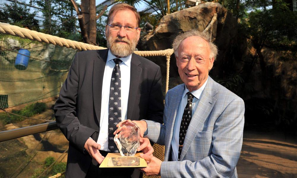 Zoofachmann Anthony Sheridan und Zoo-Direktor Udo Nagel im Zoo Rostock. Foto: Joachim Kloock