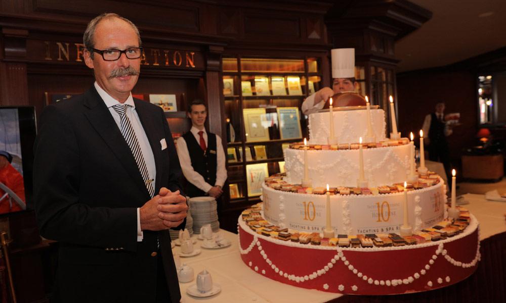 Hoteldirektor Harald Schmitt präsentiert die Torte zum 10. Jubiläum der Yachthafenresidenz Hohe Düne