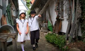 Fiete und Lou im Museumshof. Foto: Kikeriki Film