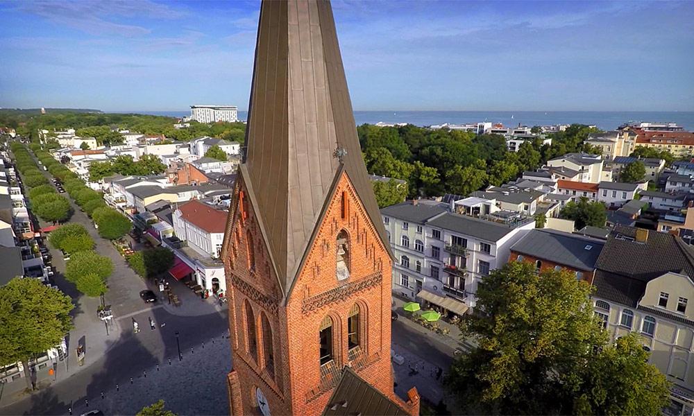 Warnemünde-Kurzfilm: Kirche von oben. Foto: Kikeriki Film