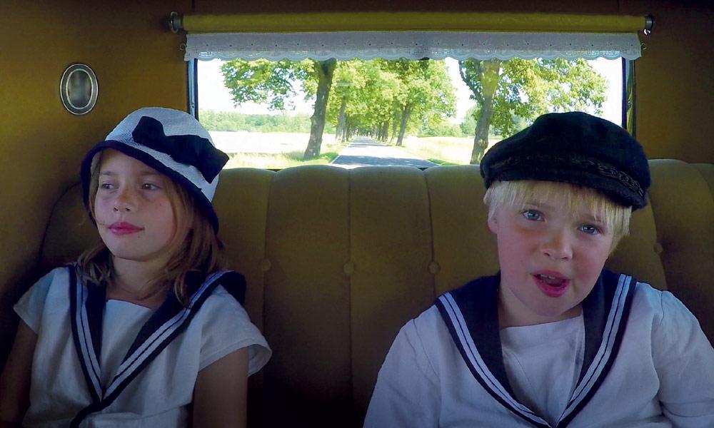 Fiete und Lou im Oldtimer. Foto: Kikeriki Film