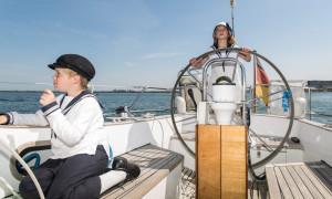 Fiete und Lou auf dem Segelboot vor Warnemünde. Foto: Sylvia Hahn