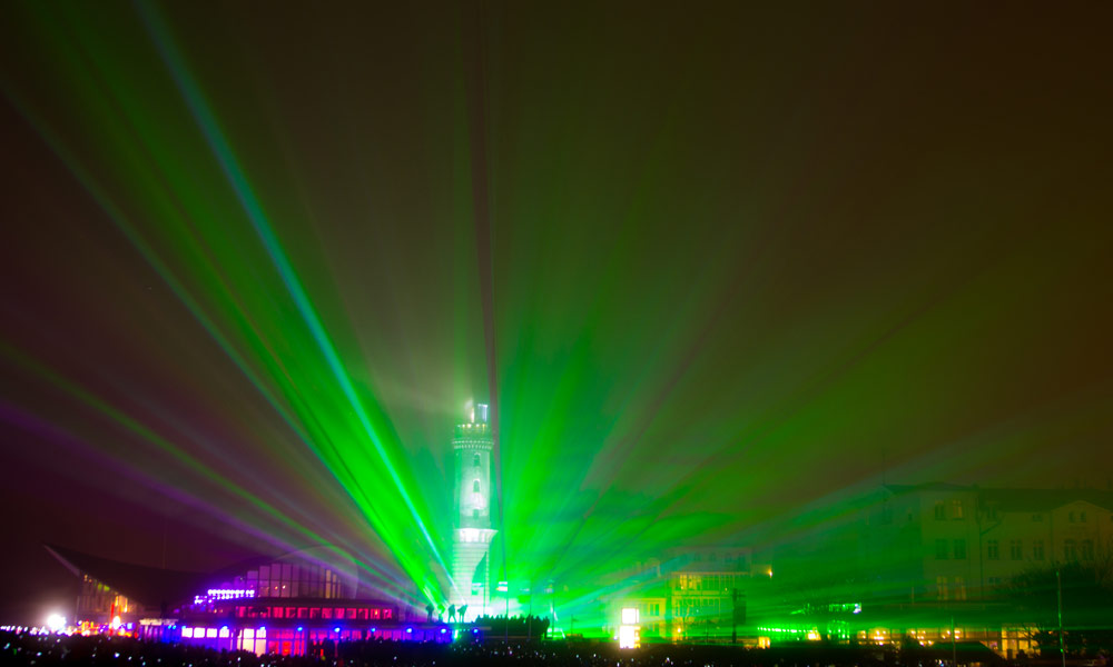 Warnmünder Turmleuchten am Neujahrstag 2016 im Nebel. Foto: Katharina Haack