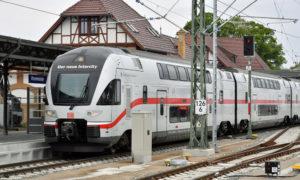 Der neue Intercity im Bahnhof Warnemünde. Foto: Jet-Foto Kranert / Deutsche Bahn AG
