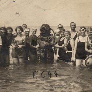 Erwin Köbbert als Helmtaucher und mit Badegästen um 1925 in Warnemünde. Foto: Archiv Heimatmuseum Warnemünde