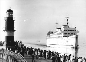 Fährschiff Warnemünde läuft am 30. September 1973 in Warnemünde ein. Foto: Jürgen Sindermann