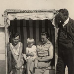 Familie Köbbert im Strandkorb, Warnemünde um 1930. Foto: Archiv Heimatmuseum Warnemünde