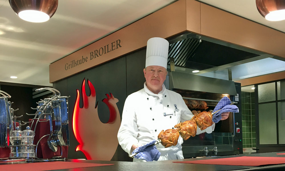 Grillstuben-Chefkoch Hartmut Florkowski in der Neptun-Broilerbar. Foto: Stina Worttmann