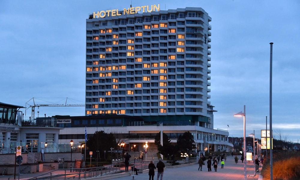 Jahreszahl 2021 am Hotel Neptun
