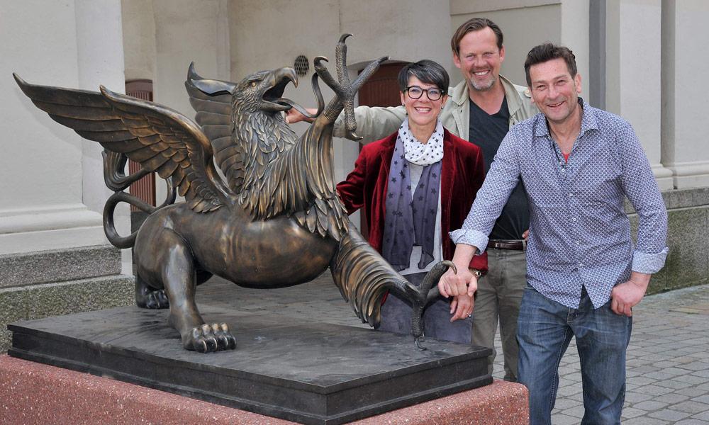 Kulturamtsleiterin Dr. Michaela Selling, Stifter Karl Matthes und Bildhauer Ene Slawow mit den Rostocker Greifen am Steintor.Foto: Joachim Kloock