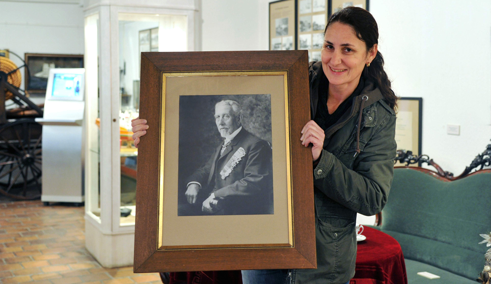 Museumsleiterin Carmen Rottmann zeigt ein Stephan Jantzen-Portrait aus dem Heimatmuseum Warnemünde. Foto: Joachim Kloock