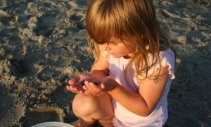 Kinder entdecken den Strand. Foto: Sven Hille