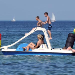 Tretboot mit Rutsche und Kindern auf der Ostsee in Warnemünde. Foto: Joachim Kloock