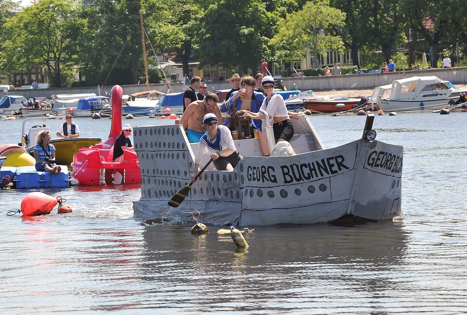 Waschzuberrennen auf dem Alten Strom in Warnemünde. Foto: Joachim Kloock