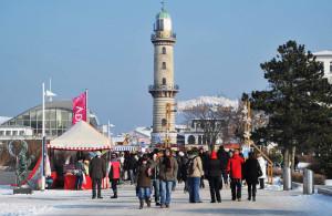 Wintermarkt auf der Seepromenade beim Warnemünder Wintervergnügen. Foto: Joachim Kloock
