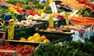 Frisches Obst und Gemüse auf dem Wochenmarkt. Foto: Martin Schuster