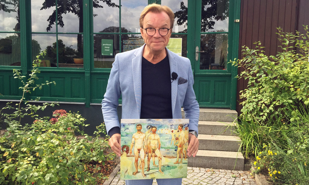 Wolfgang Lippert vor dem Munch-Haus in Warnemünde. Foto: Martina Körbler