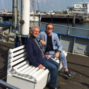 Wolfgang Lippert mit Günther Fischer auf einem Fischkutter. Foto: Martina Körbler