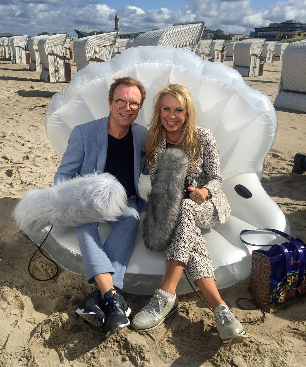 Wolfgang Lippert mit Petra Zieger am Strand. Foto: Martina Körbler