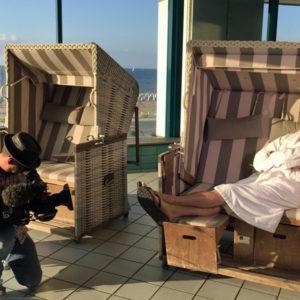 Wolfgang Lippert mit Kameramann Martin Saliger im Hotel Neptun. Foto: Martina Körbler