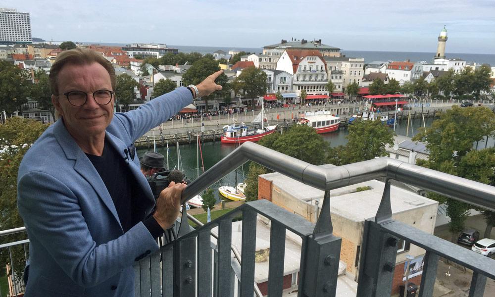 Wolfgang Lippert zeigt auf Warnemünde. Foto: Martina Körbler